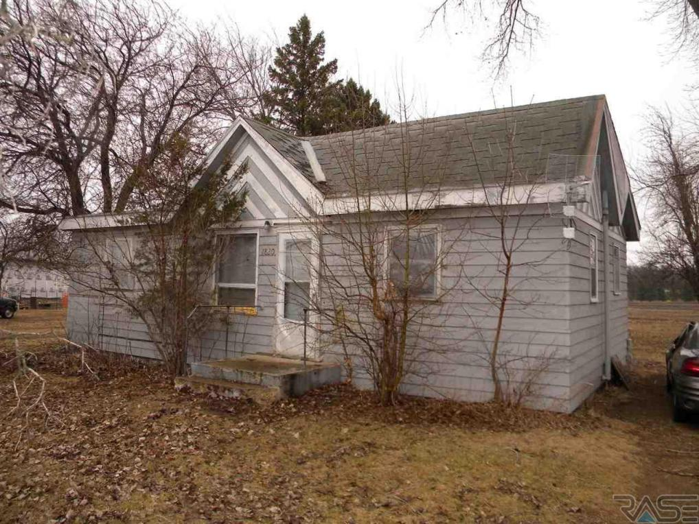1820 Territorial Rd, Madison, SD 57042